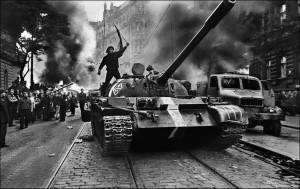 koudelka_(Ciudadano checo sobre un tanque), 1968
